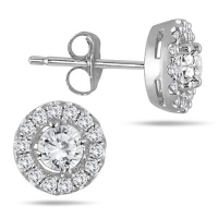 ihocon: 3/8 CARAT TW DIAMOND HALO EARRINGS 10K WHITE GOLD 10K白金3/8克拉鑽石耳環